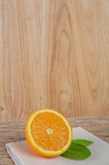 Arancio sul pavimento di legno.