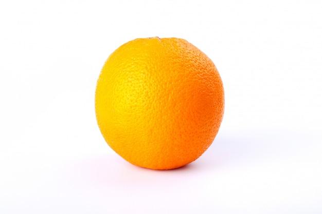 Arancio vicino su uno sfondo bianco. alto contenuto di agrumi vitaminici