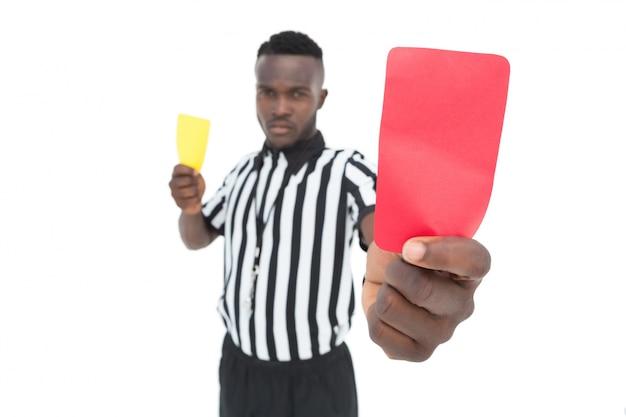 Arbitro serio che mostra cartellino rosso e giallo
