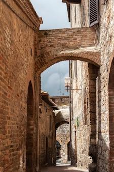 Archi e muri in pietra sulla strada nella città vecchia