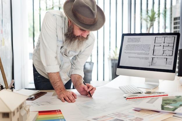 Architetti che lavorano a un progetto
