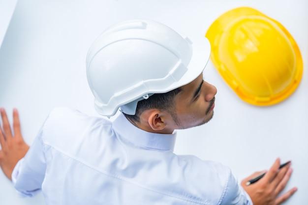 Architetto che lavora al modello, ispettore dell'ingegnere nel posto di lavoro. , ingegneri che progettano nuovi caschi