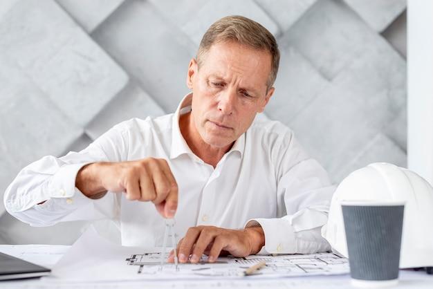 Architetto che lavora al suo progetto