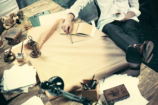 Architetto che lavora al tavolo da disegno in ufficio