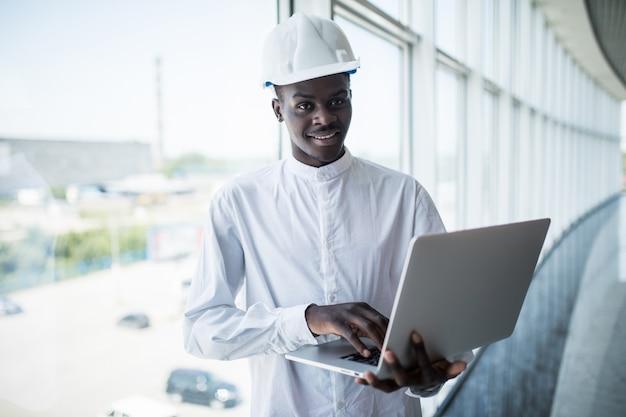 Architetto che lavora con il computer e modelli in ufficio