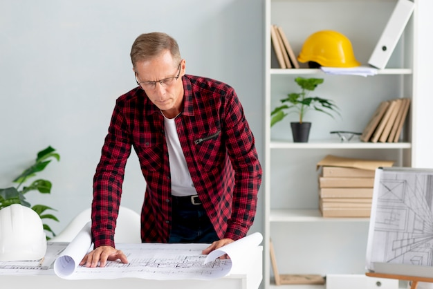Architetto che mette il suo progetto su carta