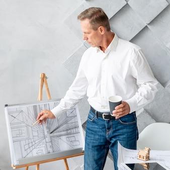 Architetto che mostra un progetto complesso