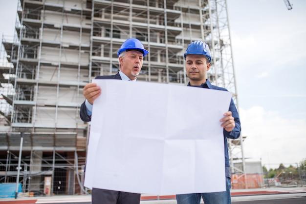 Architetto che spiega che lavoro fare al responsabile del sito