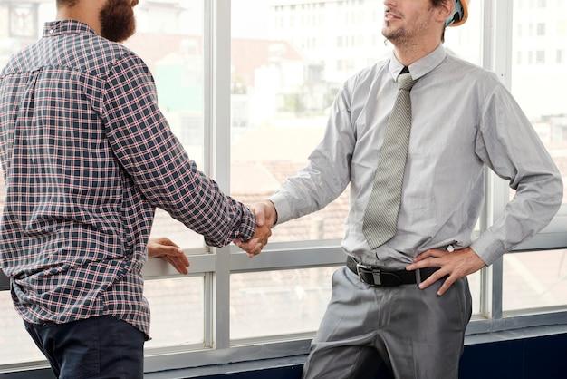 Architetto e investitore si stringono la mano