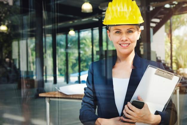 Architetto ingegnere construction design concept della donna di affari