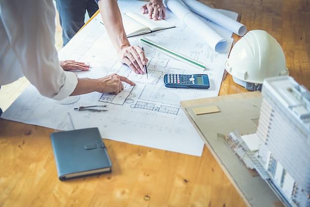 Architetto ingegnere design working on blueprint planning concept. concetto di costruzione