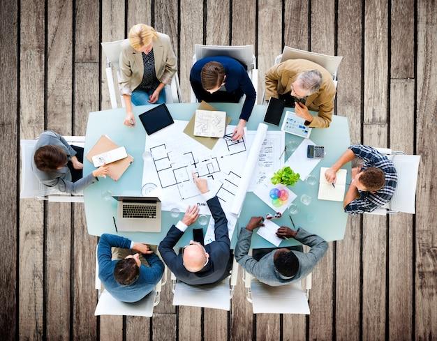 Architetto ingegnere meeting construction design concept
