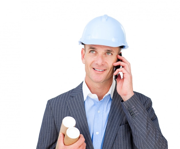 Architetto maschio positivo che parla sul telefono