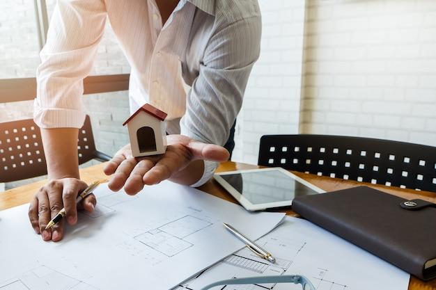 Architetto o ingegnere che utilizza penna che lavora al modello, concetto architettonico
