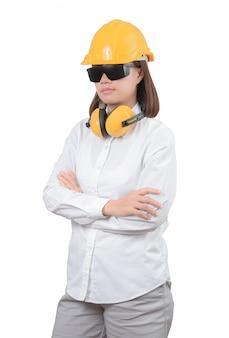 Architetto o ingegnere donna guarda ritratto intelligente con le braccia incrociate. donna che indossa il casco protettivo