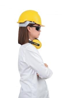 Architetto o ingegnere donna guarda ritratto intelligente con le braccia incrociate.