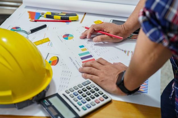 Architetto o ingegnere progetto di lavoro con strumenti in ufficio, concetto di costruzione.