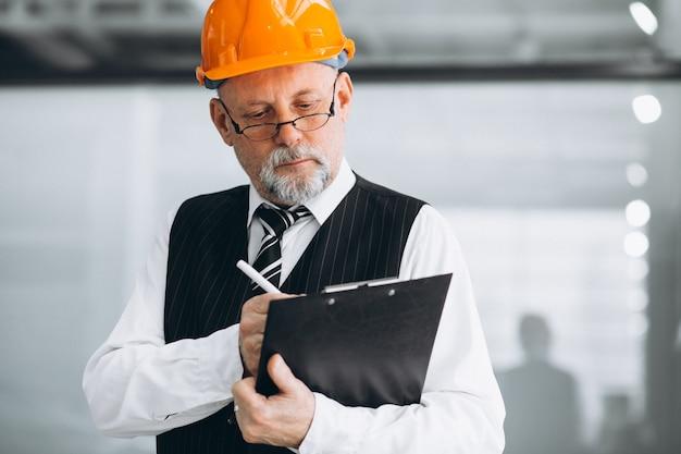 Architetto senior dell'uomo d'affari in un cappello duro