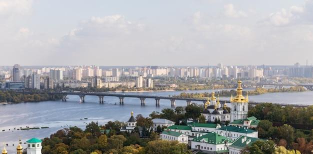 Architettura antica e moderna nella capitale dell'ucraina