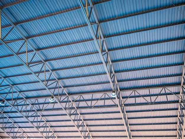 Architettura astratta alto colorato blu e arancione tetto in metallo ondulato