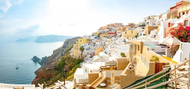 Architettura bianca del villaggio di oia sull'isola di santorini, in grecia