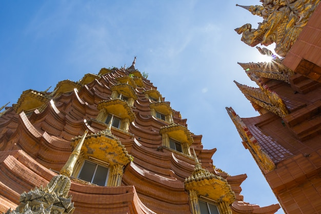 Architettura del tempio tailandese, sua di wat thum, provincia di kanchanaburi, tailandia