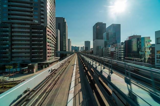 Architettura di tokyo che costruisce dalla scena della monorotaia di yurikamome all'area di odaiba, paesaggio urbano di tokyo, giappone