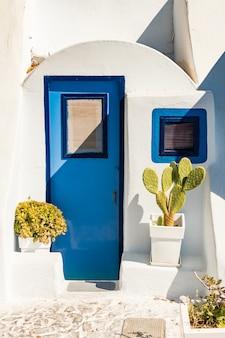 Architettura tipica delle case sull'isola di santorini in grecia nelle cicladi