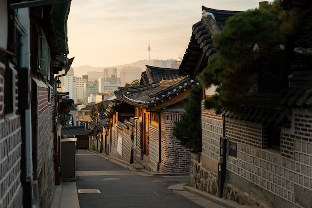 Architettura tradizionale di stile coreano al villaggio di bukchon hanok a seoul, corea del sud.