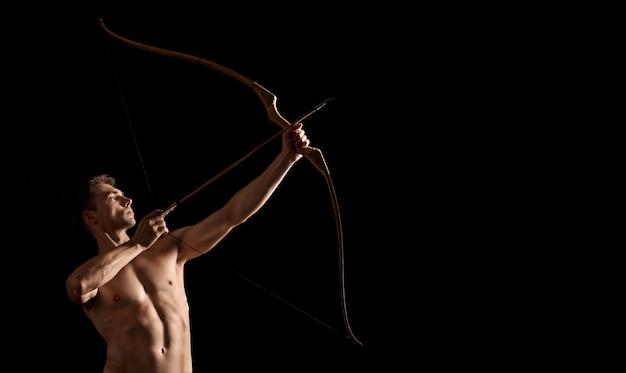 Arciere atletico tiro con l'arco.