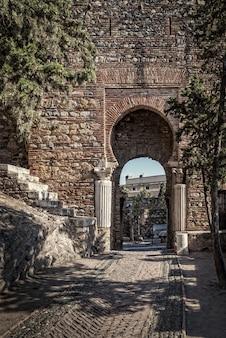 Arco a ferro di cavallo mozarabico alcazaba di malaga