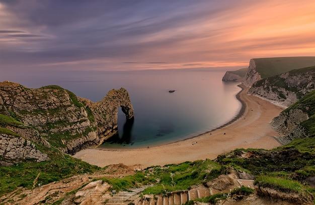 Arco di calcare naturale sulla costa giurassica del dorset. porta durdle. west lulworth. mare del nord. uk