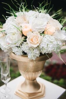 Arco di cerimonia nuziale decorato con il panno e fiori all'aperto. bel matrimonio allestito. cerimonia di nozze su prato inglese verde nel giardino.