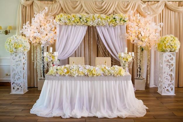 Arco di nozze e decorazioni di nozze.