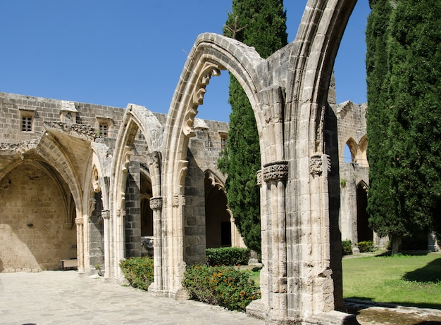 Arco e colonne all'abbazia di bellapais nel nord di cipro