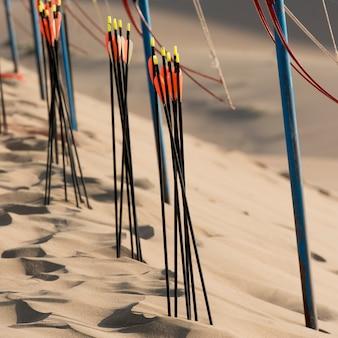 Arco e frecce sulle dune di sabbia a mingsha shan, dunhuang, jiuquan, provincia di gansu, cina