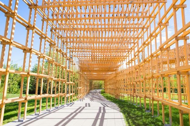 Arco in legno giallo sulla strada nel parco
