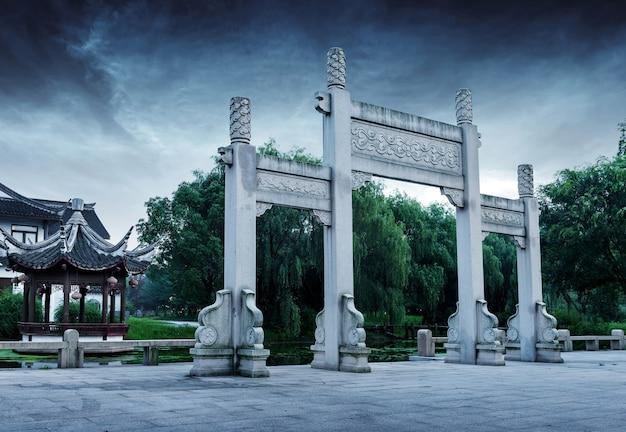 Arco in pietra antica cinese