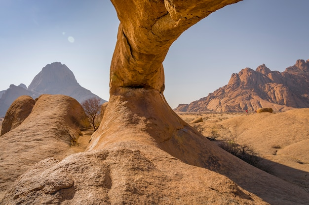Arco naturale nel parco nazionale di spitzkoppe in namibia, africa.
