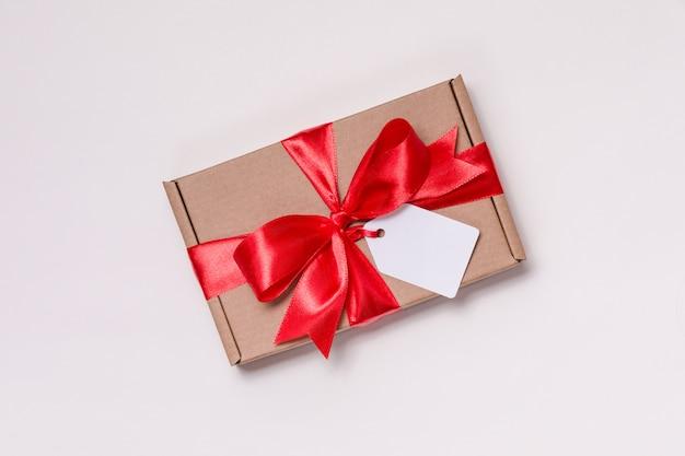 Arco romantico del nastro del regalo di san valentino, etichetta del regalo, presente, fondo bianco senza cuciture