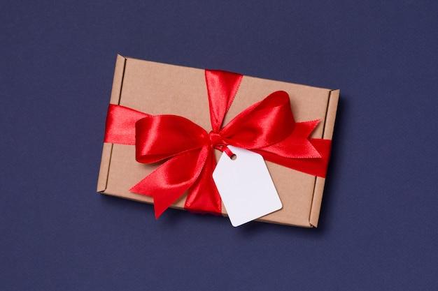 Arco romantico del nastro del regalo di san valentino, etichetta del regalo, presente, fondo blu senza cuciture