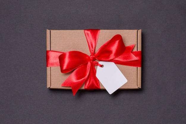 Arco romantico del nastro del regalo di san valentino, etichetta del regalo, presente, fondo nero senza cuciture
