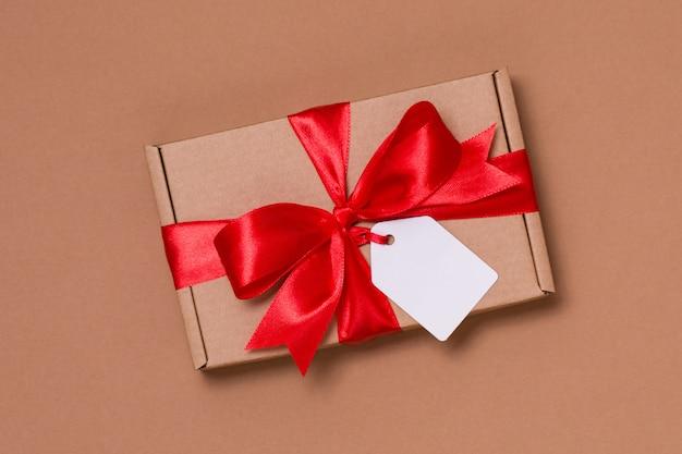 Arco romantico del nastro del regalo di san valentino, etichetta del regalo, presente, fondo nudo senza cuciture