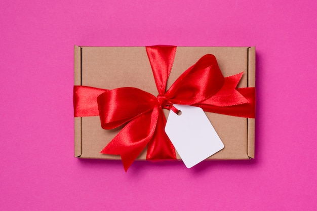 Arco romantico del nastro del regalo di san valentino, etichetta del regalo, presente, fondo rosa senza cuciture