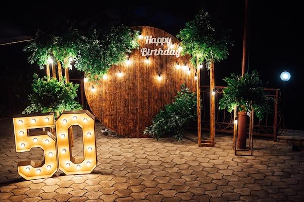 Arco rotondo in legno, zona fotografica per un servizio fotografico per un uomo del 50 ° anniversario.