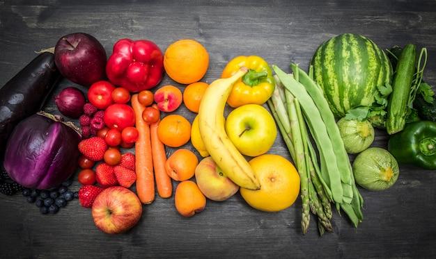 Arcobaleno di frutta e verdura su legno