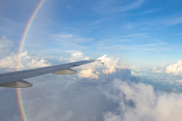 Arcobaleno e nube come visto attraverso la finestra di un aereo