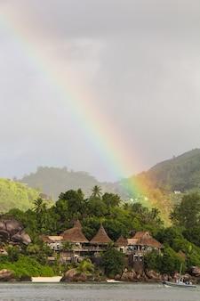 Arcobaleno sopra l'isola tropicale e lussuoso hotel in seyshelles