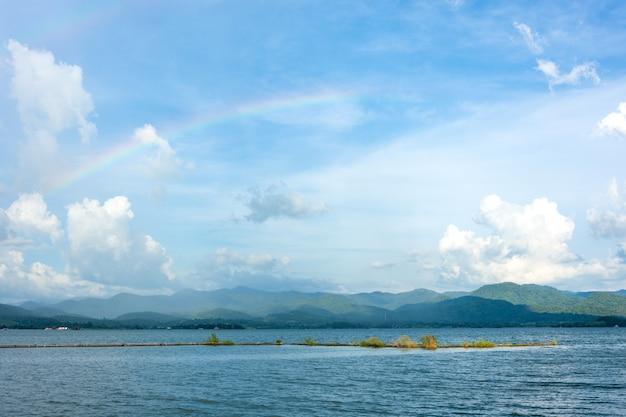Arcobaleno sulla vista del fiume del paesaggio del cielo