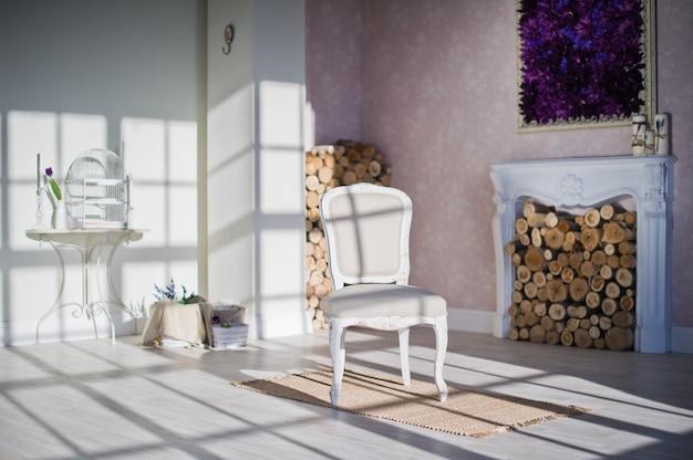 Area camino in stile provenzale nel loft studio